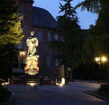 Das Grafschafter Museum in der Abenddämmerung mit angeleuchteter Statue der Kurfürstin Luise Henriette.